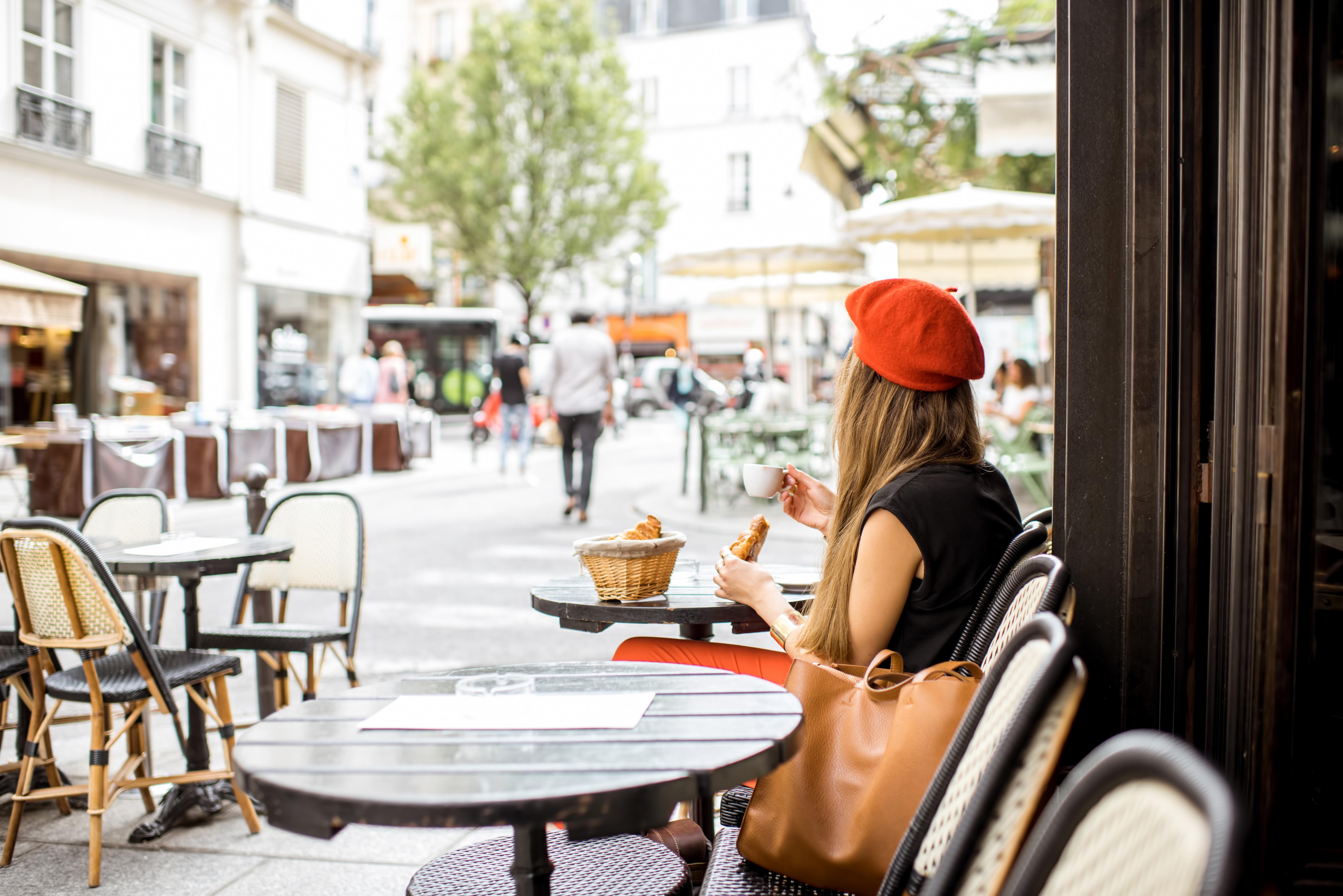 בוקר מוקדם בקפה פריזאי